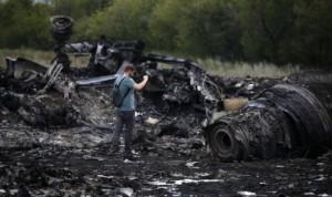 Puing sisa pesawat maskapai Malaysia Airlines MH17