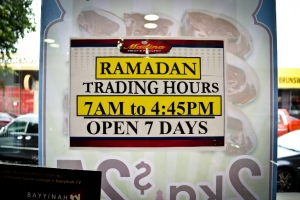 Selama Ramadan, jam buka supermarket khusus makanan Timur Tengah ini tutup lebih cepat. (Photo: Rama Adityadarma)