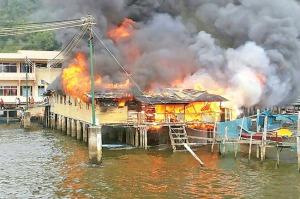 Api marak begitu cepat dan meranapkan kediaman Pengiran Haji Naruddin di Kg Saba Darat B kelmarin. – GAMBAR Haji Mohd Said Arshad