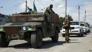 Konvoy rombongan OSCE melewati pos tentara Ukraina