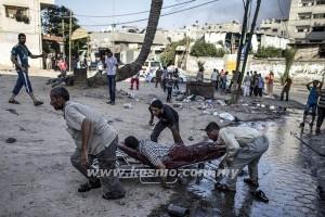 PENDUDUK Palestin memindahkan seorang mangsa serangan tentera Israel di pasar Sheja'eya di Gaza semalam.