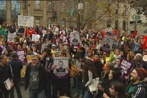 Selain di Melbourne, unjuk rasa menolak perubahan bujet yang ke-sekian kalinya digelar ini juga berlangsung di Sydney dan Canberra