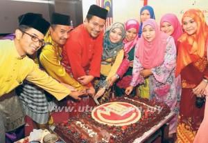 Azran Deraman (tiga dari kiri) memotong kek bersama-sama tetamu yang hadir dalam majlis Silaturahim Aidilfitri MITI Kelantan Kota Bharu, semalam.