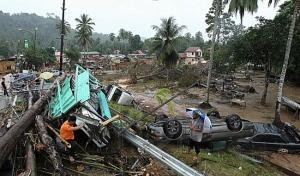 KEADAAN kemusnahan harta benda termasuk rumah dan kenderaan di Manek Urai Lama selepas dilanda banjir, semalam. – UTUSAN/Hafiz Johari