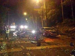 KEADAAN kereta yang remuk selepas dihempap pokok tumbang.
