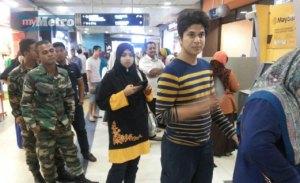 Orang ramai mengeluarkan wang di mesin ATM dalam terminal Lapangan Terbang Sultan Ismail Petra hari ini selepas tidak boleh digunakan sejak empat hari lalu. -