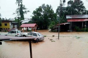 Kampung Kota Belud mula dinaiki banjir berikutan hujan lebat sejak awal pagi tadi. Pusat pemindahan banjir Dewan Tun Said di sini dibuka hari ini sebagai persediaan menerima mangsa banjir selepas beberapa buah kampung di daerah ini dinaiki air. – Bernama